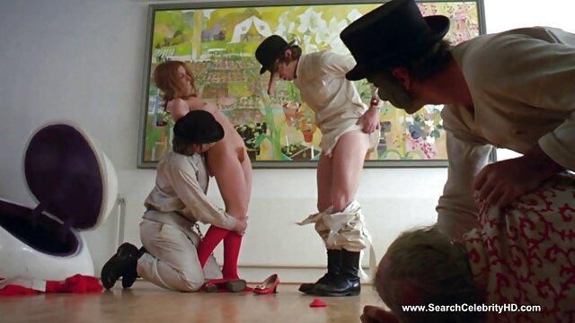 Chico peliculas x dobladas al castellano desnudo en la habitación hace que el coño de milfs se moje