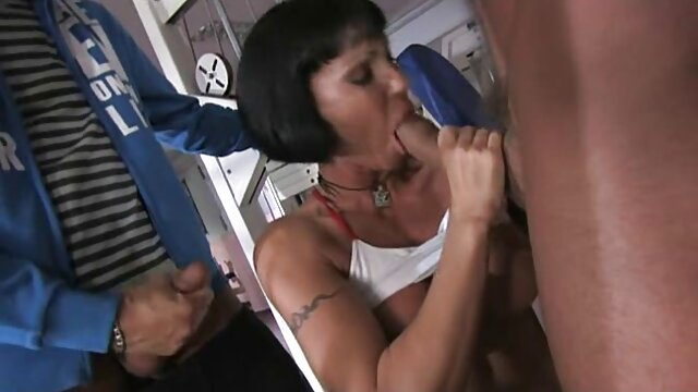 Lesbo madrastra con enormes tetas lamiendo jugoso coño adolescente pornografia triple xxx